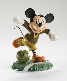 Disney Mickey And Friends - Mickey Mouse Playing Soccer Figurine